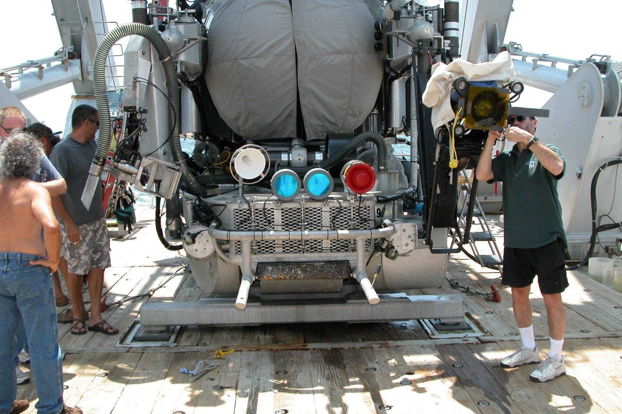 To make fluorescent observations, the Johnson-Sea-Link is modified by placing blue filters on the submersible's two 400 W HMI lamps. Photo