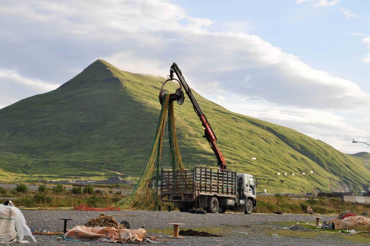 Mending nets below Mount Ballyhoo. Photo