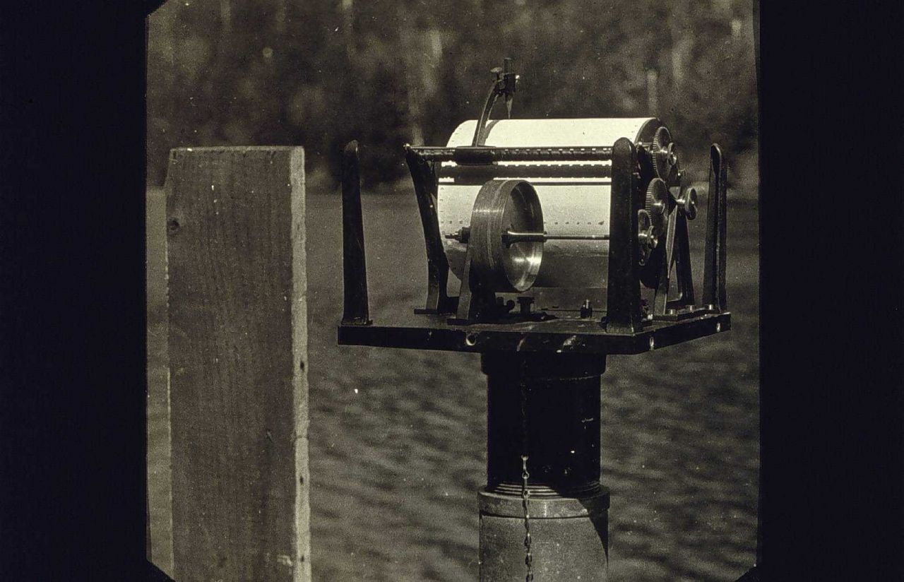 Automatic tide gauge mounted on float well Photo