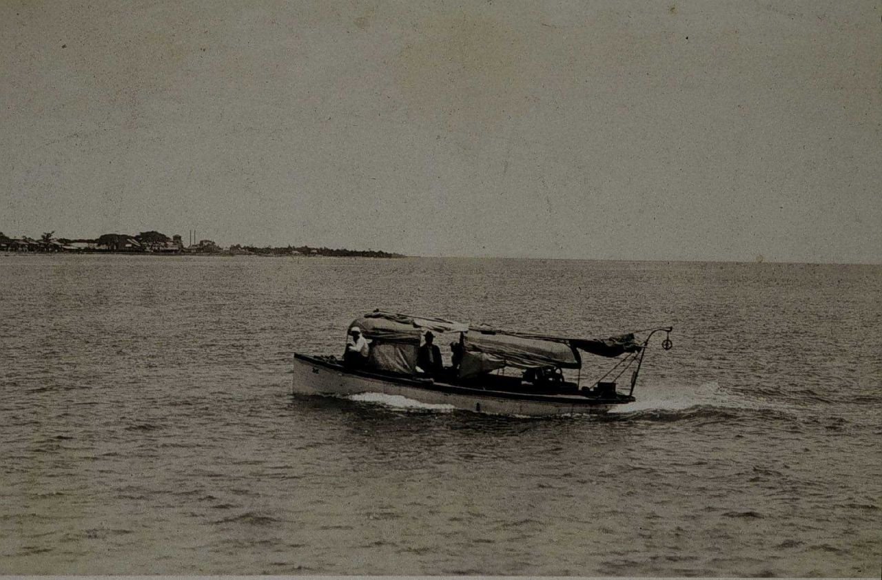 Survey boat underway Photo