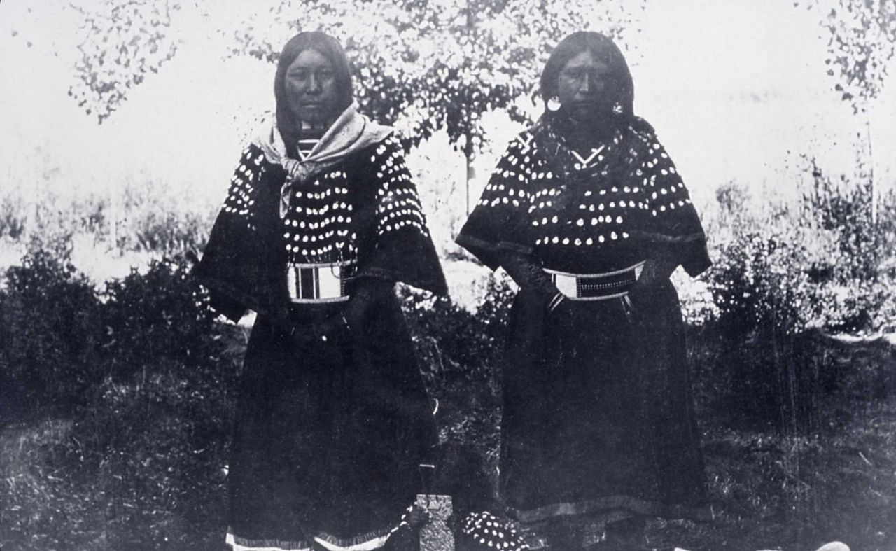 Bannock girls in dress decorated with elk teeth - History - Indians Photo