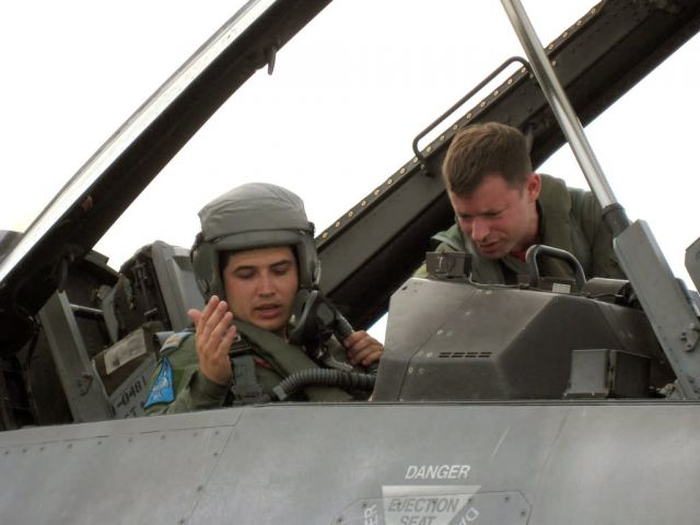 F-16 Fighting Falcon cockpit - Viper Lance pilots trade rides Picture