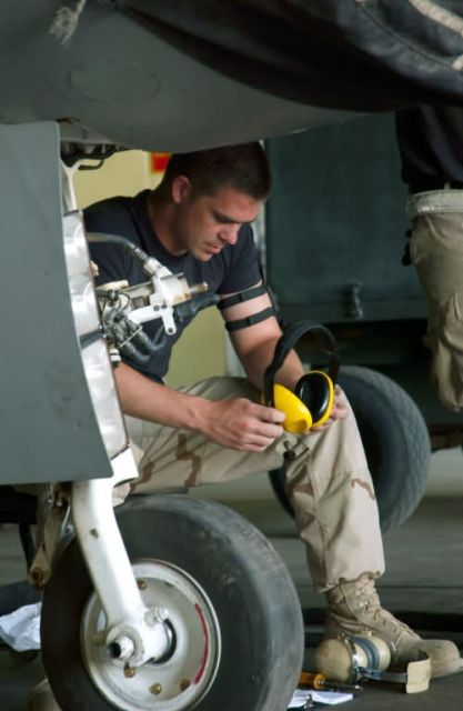 F-16 Fighting Falcon - Maintenance teams work to keep F-16s flying Picture