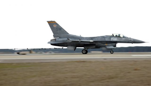 F-16 - Arresting system stops aircraft safely Picture