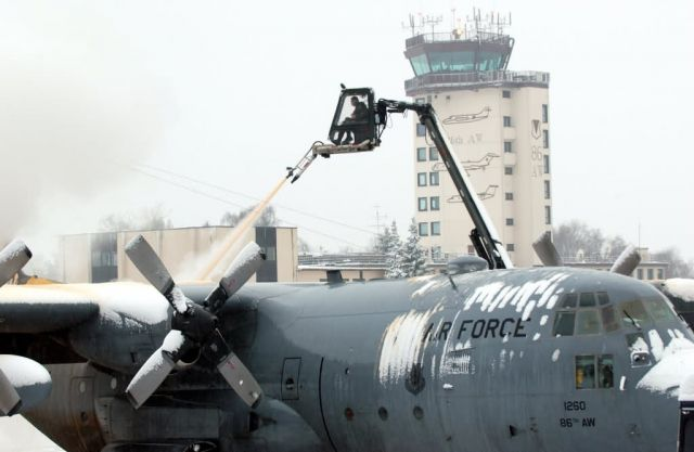 C-130 Hercules - De-ice de-plane Picture