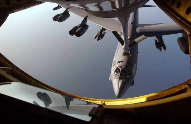 B-52 Stratofortress - Getting gas Picture