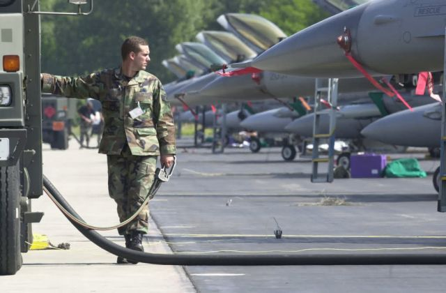 F-16 Fighting Falcon - Refueling Picture