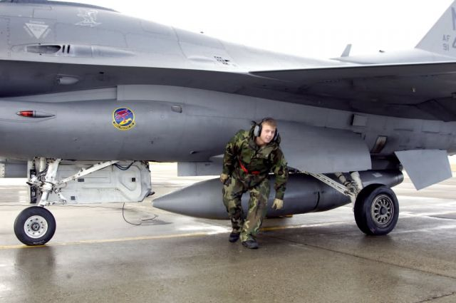 F-16 Fighting Falcon - Maintainers' mission Picture