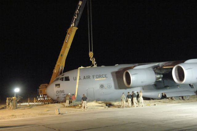 C-17 Globemaster III - Bagram runway reopens after C-17 incident Picture