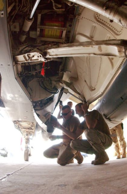 F-16 - F-16 maintainers make sure curtain gets raised Picture