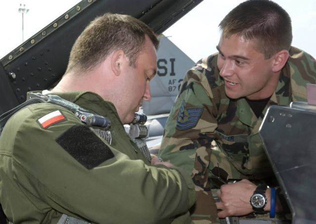 F-16 - Guardsmen familiarize Polish airmen with F-16 Picture