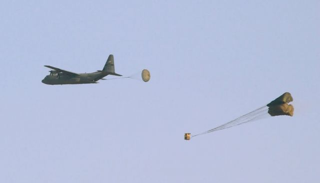 J-model - C-130J testers accomplish first five-bundle sequential airdrop Picture