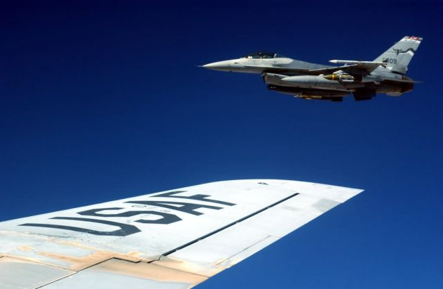 F-16 Fighting Falcon - Gas 'n go Picture