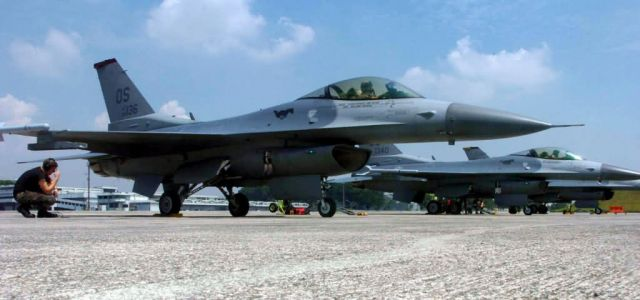 F-16 Fighting Falcon - Commando maintainers Picture