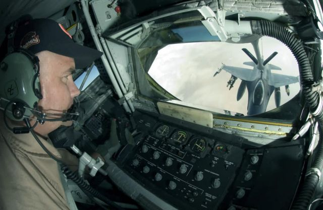 KC-135 - Lowering the boom Picture