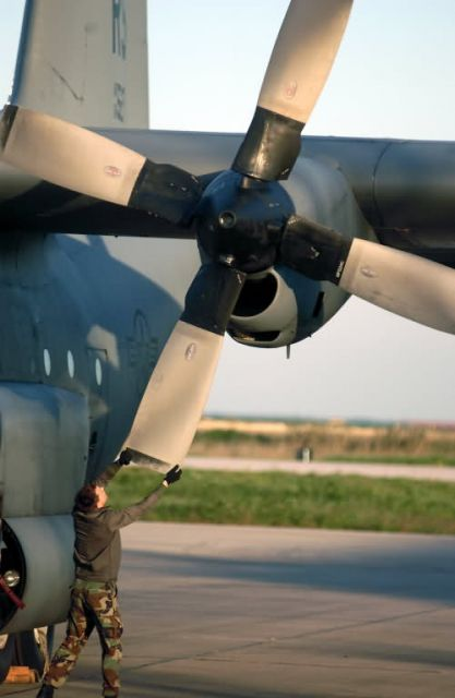C-130 Hercules - Big blades keep on turnin' Picture