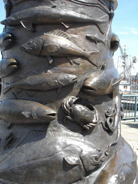 Beautiful sculpture rendering of fish species at the base of the Seattle Fishermen's Memorial Picture