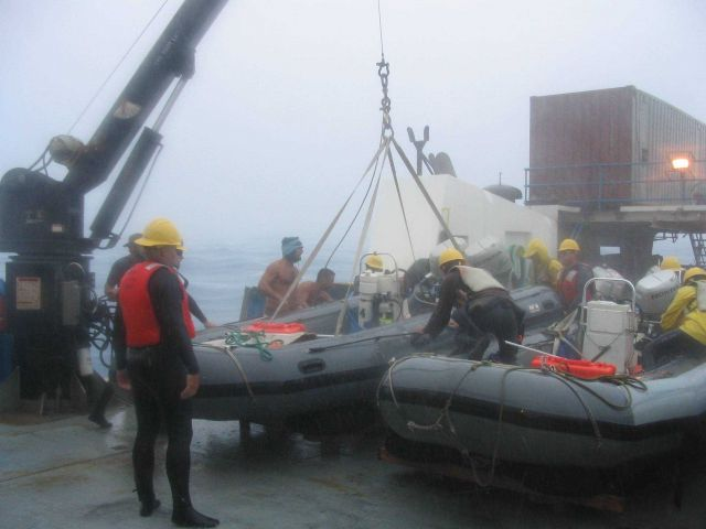 Coming back to the CASITAS and quickly unloading the inflatable boats during a squall Picture