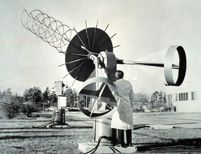 A manual tracking 13 db heliz antenna designed to receive TIROS picture information from the Automatic Picture Transmission (APT) system. Picture