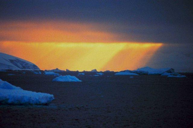 Crepuscular rays illuminate half the sky - Antarctic sunset Picture