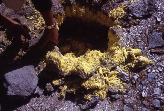 Sulfur crystals - Mirror Plateau - Mineral deposits Picture
