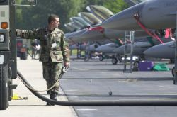 F-16 Fighting Falcon - Refueling Photo