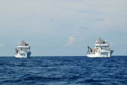 Starboard quarter view of NOAA Ships BELL SHIMADA (R227) and PISCES (R226) Photo